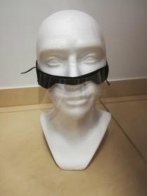 Półprzyłbica zabezpiecza nos i usta z kształtowanym noskiem .Wykonana z przeźroczystego tworzywa PET ,wykończona miękkim materiałem ,Możliwość regulacji wymiaru do obwodu głowy.